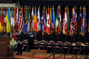 Dónde colocar las banderas de distintos países en un evento