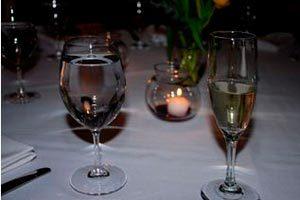 Método correcto para ubicar las copas en la mesa siguiendo el protocolo