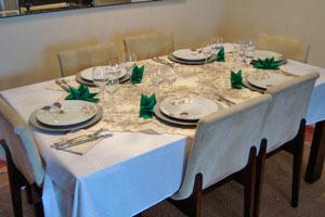 Criterios para ubicar a los invitados en la mesa en una reunión en casa