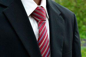 Definición de etiqueta al vestir en invitaciones a eventos