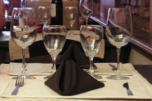 Cómo armar la ubicación de los invitados a la mesa siguiendo el orden de precedencia de cortesía