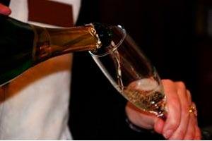 ¿Cuál es la forma correcta de servir las bebidas en las copas?