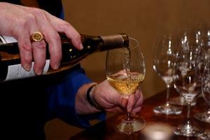 Cómo destapar, servir y probar el vino