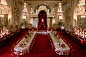 Cuál es el protocolo que debemos seguir para ubicar a los anfitriones e invitados a un evento.