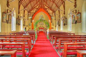 ¿Cómo se conforma la comitiva que ingresa a la iglesia en una boda religiosa?