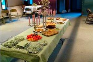 Cómo deben servirse los platos y bebidas en una reunión protocolar