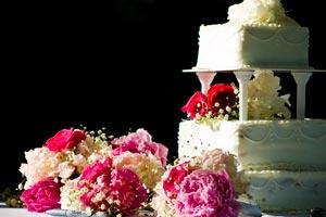 La torta y la ceremonia de las cintas con anillos